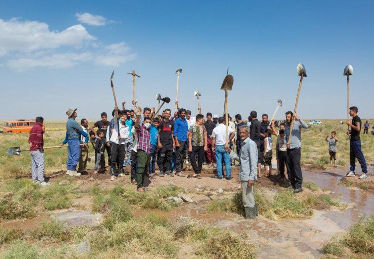 تجمع مردم روستای حسین آباد جنگل در اعتراض به مشکل کمآبی