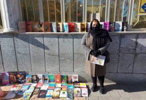 زن فیروزهای که برای زنده نگه داشتن امید کتاب میفروشد