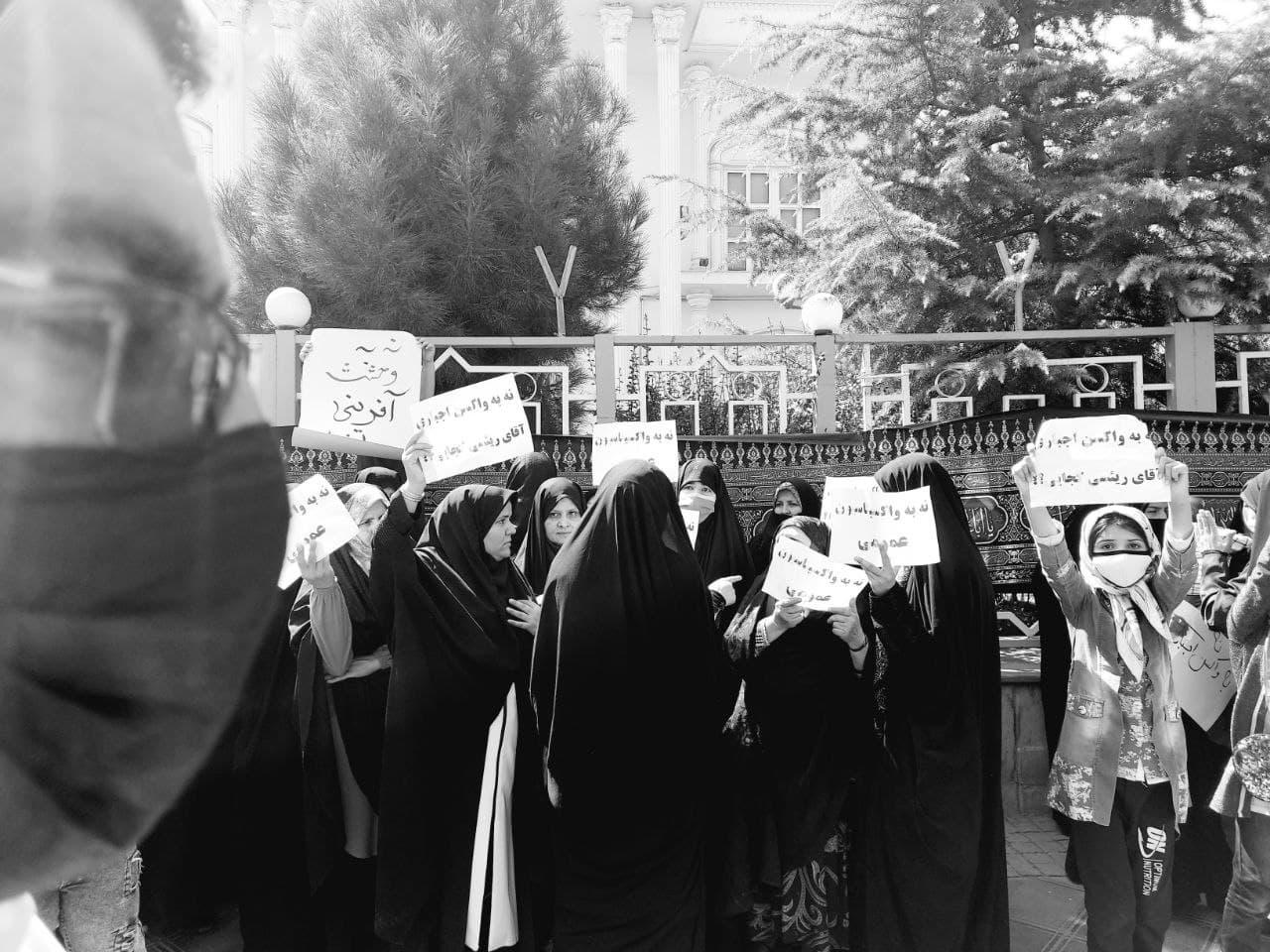 عدهای در مخالف با واکسیناسیون عمومی در نیشابور تجمع کردند